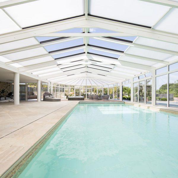 Grand abri piscine avec toits ouvrant