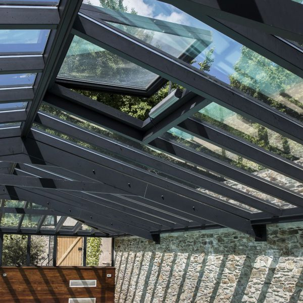 Lucarne de toiture motorisée pour la ventilation dans la véranda pour piscine