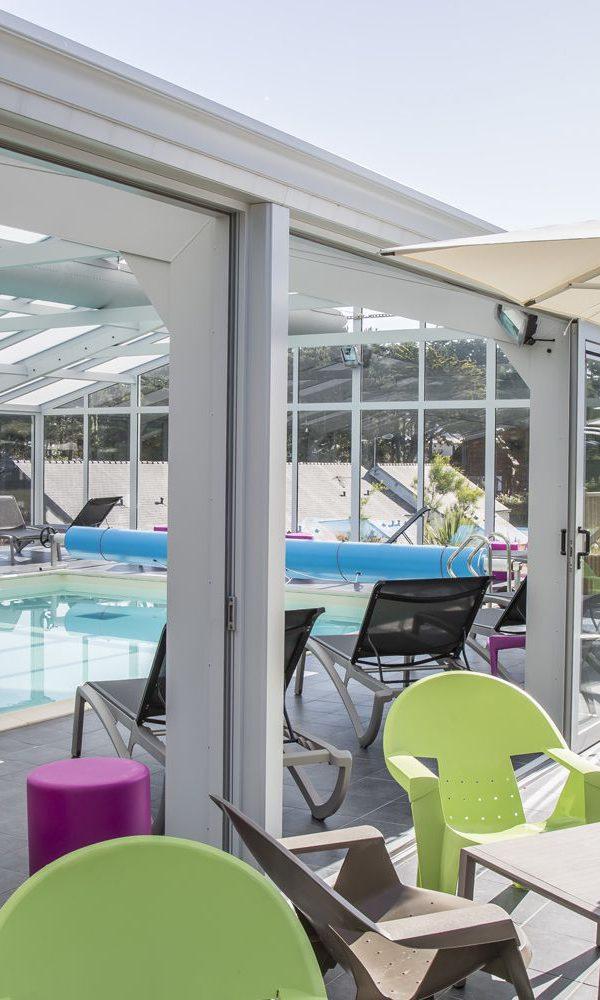 Portes coulissantes ouvertes permettant l'accès à la piscine depuis la terrasse publique