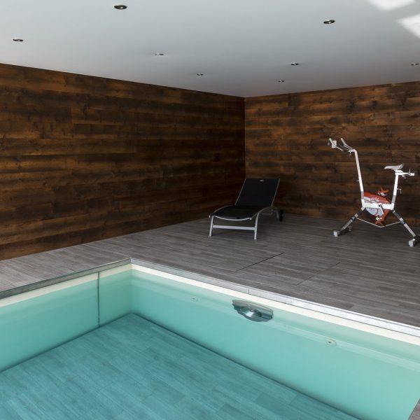 Sport ou relaxation dans la véranda avec piscine à fond mobile ouvert