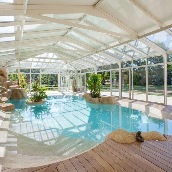 Abri piscine avec toiture mixte et baies coulissantes