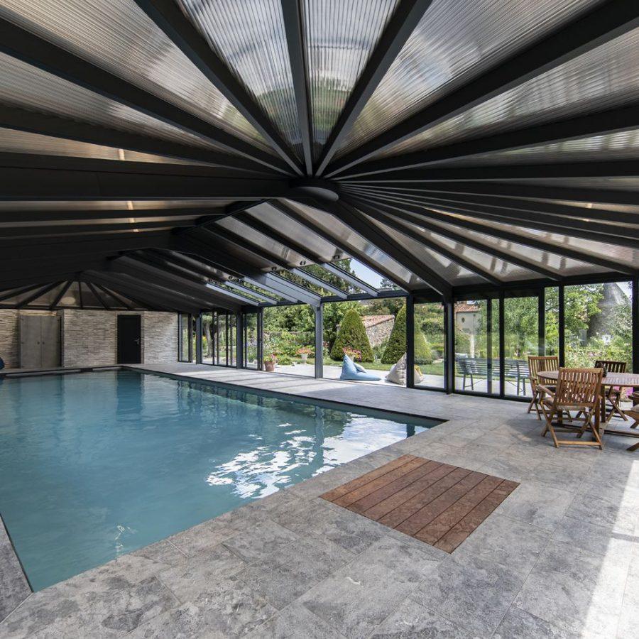 Véranda pour piscine avec toiture travaillée sur mesure