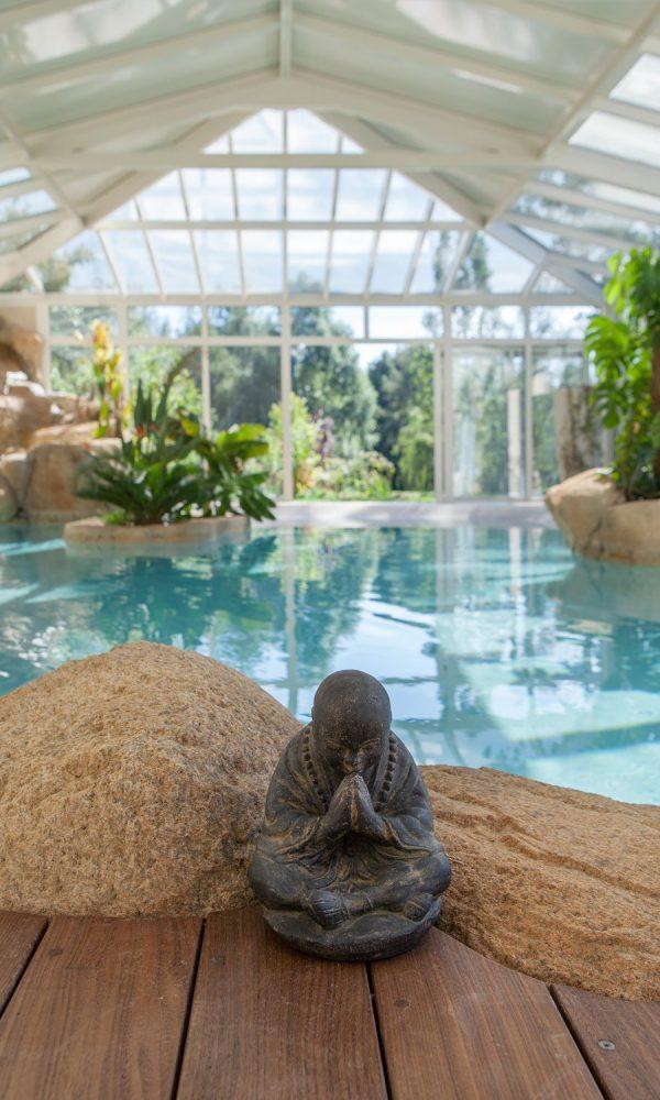 Ambiance zen sous la véranda pour piscine