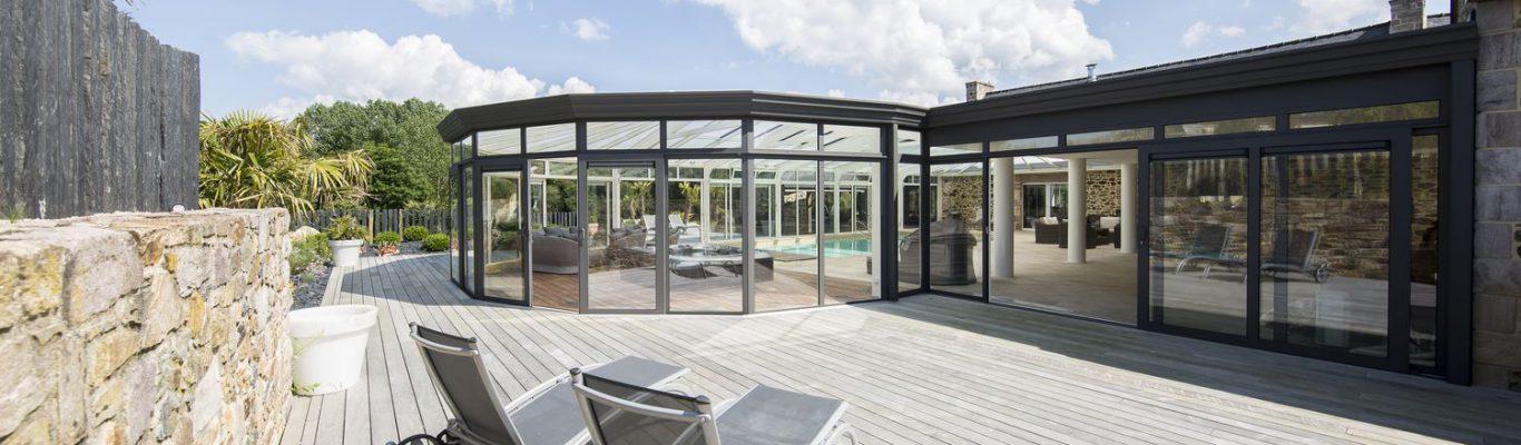 Terrasse avec vue sur la véranda pour piscine