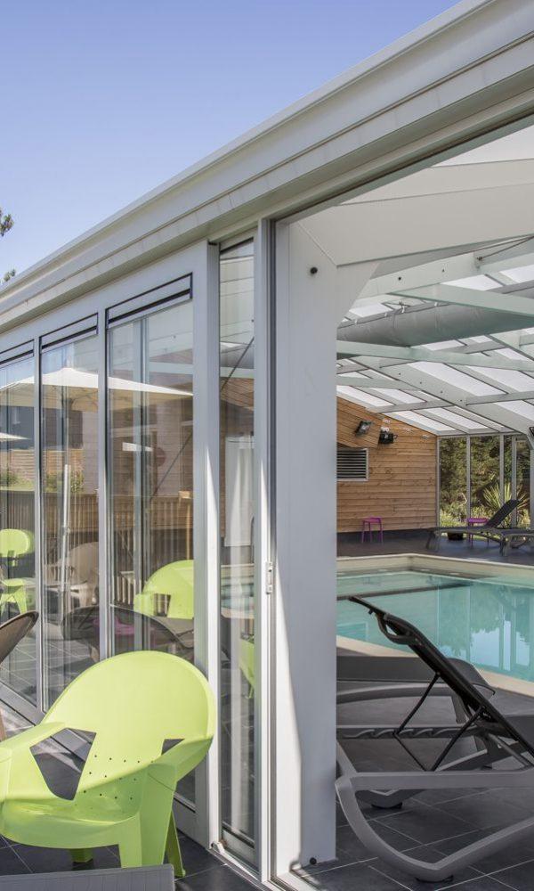 Terrasse publique donnant sur la piscine grâce aux baies coulissantes