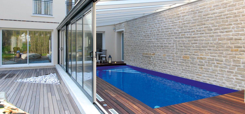 Large baie de véranda une pente ouverte sur piscine.