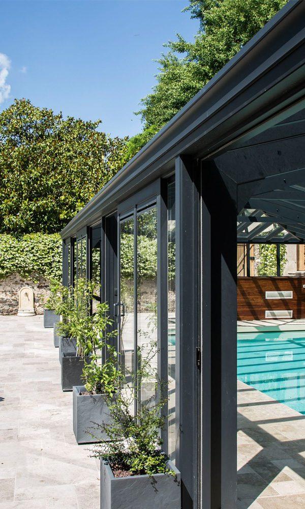 Véranda pour piscine avec baies vitrées