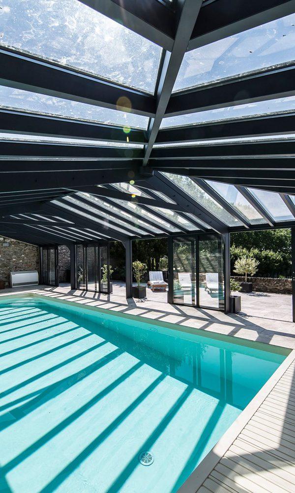 Véranda pour piscine intégré dans un ancien domaine