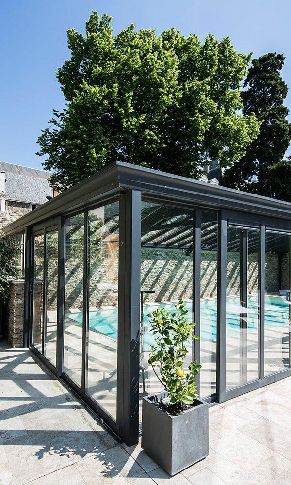Véranda pour piscine intégrée harmonieusement