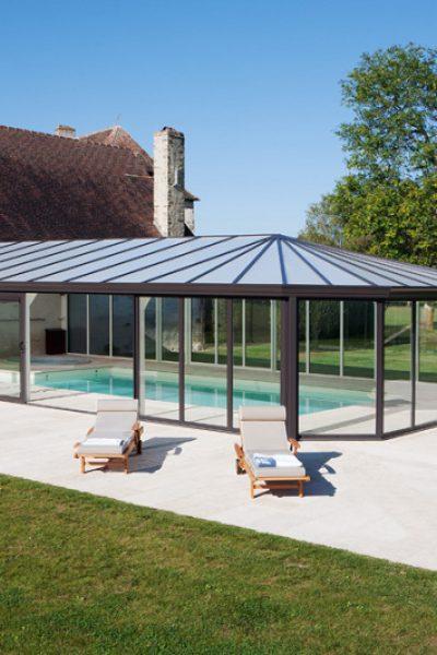 Une véranda pour piscine intégrée aux bâtiments de ferme