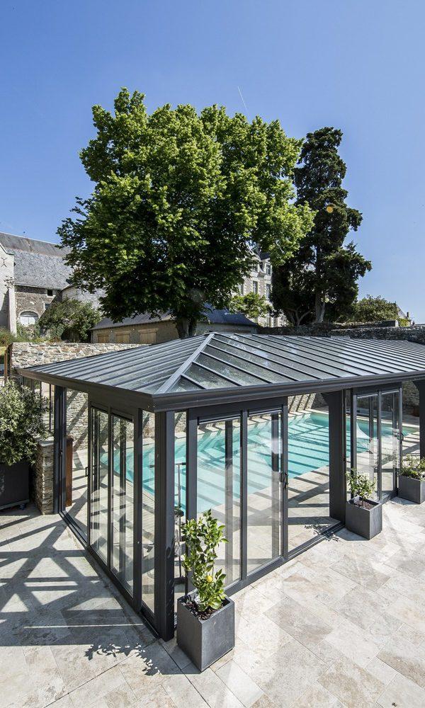 Véranda pour piscine de luxe dans un domaine à Anjou